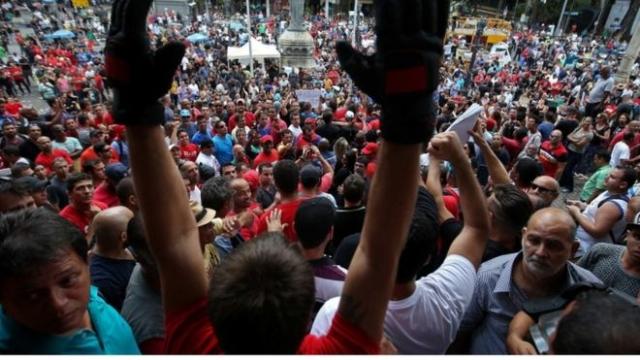 Brezilya'da Paralarını Alamayan Memurlar Meclisi Bastı!