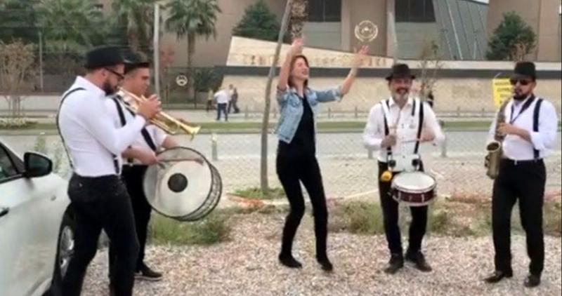 3,5 yıl sonunda boşanan kadın bando ekibi tutup Erik Dalı şarkısıyla kutlama yaptı
