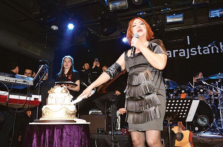 60. Yaşını Sahnede Kutladı