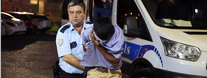 Adana'da Bir Polis Memuru Camını Sildirmek İstemeyince 2 Kişi Tarafından Öldüresiye dövüldü!