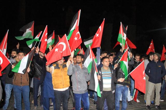 Ayasofya'da Binler Kudüs İçin Ayakta! Kur'an Okuyup Namaz Kılarak Destek Verdiler
