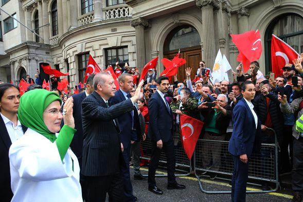 Cumhurbaşkanı Erdoğan İngiltere'de! Türkler Ellerinde Bayraklarıyla Sokağa Döküldü
