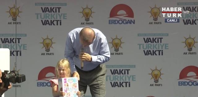 Isparta Mitinginde İlginç Anlar! Cumhurbaşkanı Erdoğan'ın Sahneye Çıkardığı Kız Çocuğuna Sorduğu Soru Gündeme Damga Vurdu