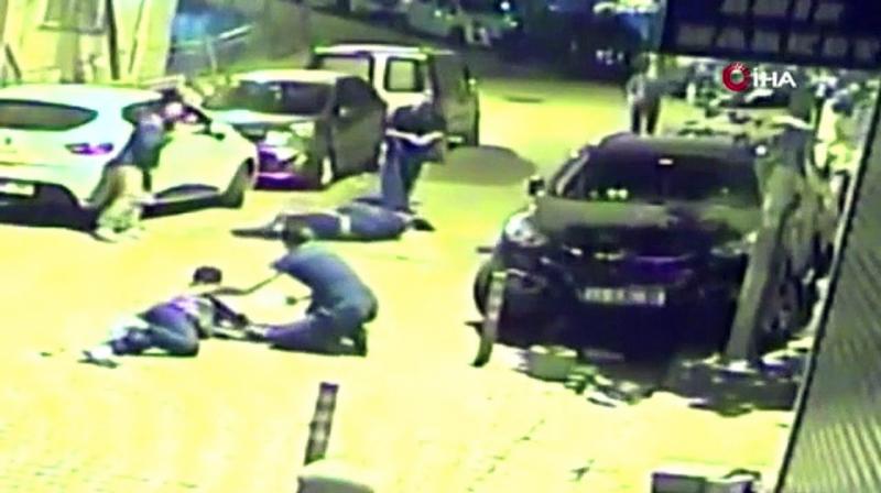 Kağıthane'de aşırı hız yüzünden kaza yapan iki genç havaya uçup yere savruldu
