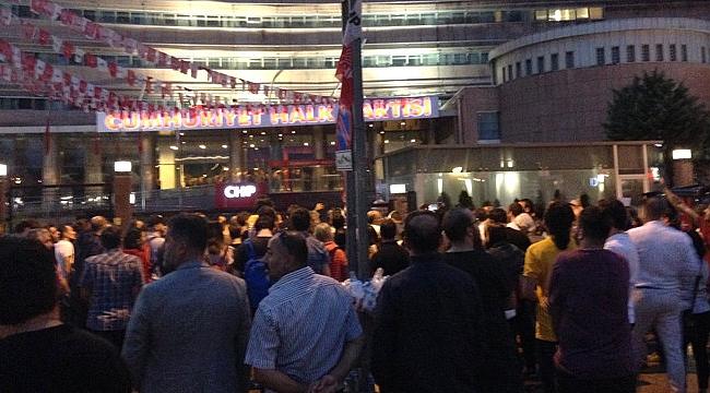 Kılıçdaroğlu'nu İstifaya Çağırıyorlar! CHP Genel Merkezi Önündeki Kalabalık Her Geçen Dakika Artıyor