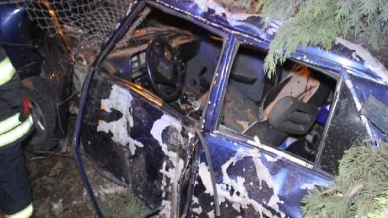 Kocaeli'de Feci Kaza! Otomobil Askeri Lojmanların Bahçesine Uçtu: Yaralılar Var