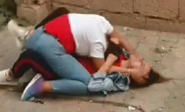 Liseli Kızların Sokak Ortasında Dehşete Düşüren Kavgası