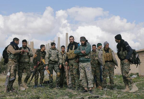 Rezil Fotoğraflar Dünyaya Servis Edildi! Teröristlerle Böyle Poz Verdi