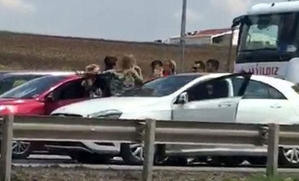 Silivri'de Kadınlar Trafiğin Ortasında Araçlarından İnip Birbirlerine Girdi