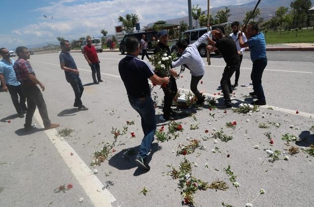 Tekbir Getirerek Parçaladılar! Kılıçdaroğlu Şehit Cenazesine Çelenk Gönderdi, Ortalık Karıştı