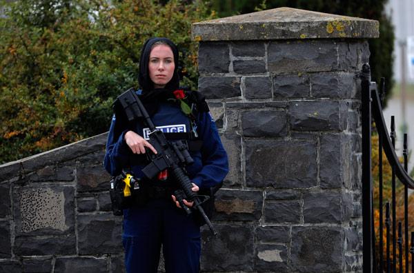 Yeni Zelanda'da Katliama Tepki İçin Başörtülü Polis