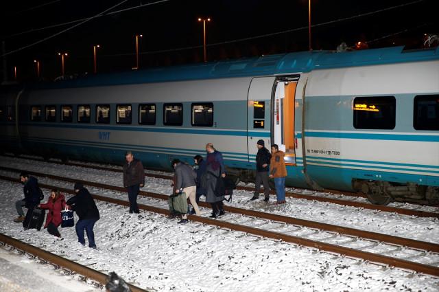 Yine Bir Tren Faciası! Yüksek Hızlı Tren Kaza Yaptı Ölü ve Yaralılar Var...